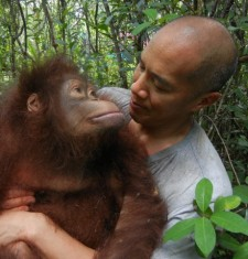 Dr Charlie Teo with female orangutan named Hockey - high res (1)